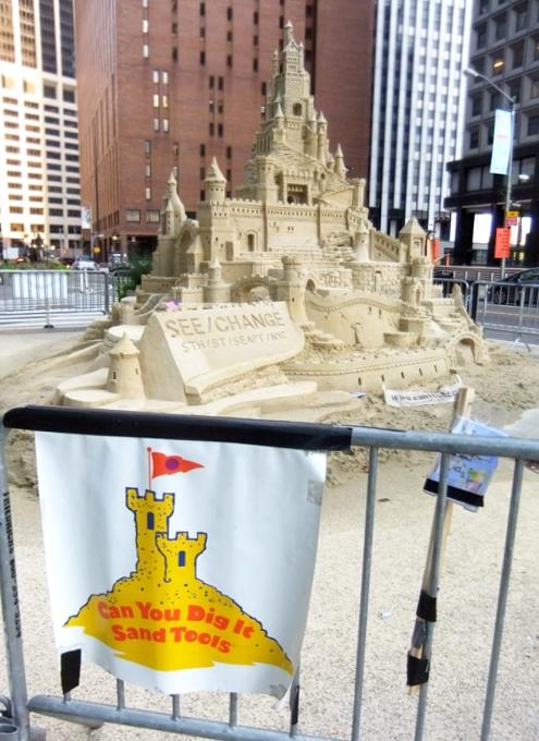 NYの高層ビルの谷間に巨大な砂のお城が登場!!! Water Street Pops!_b0007805_0201786.jpg