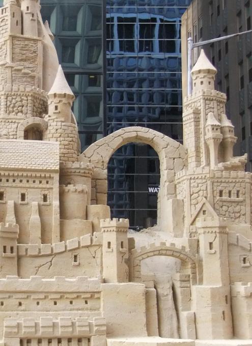 NYの高層ビルの谷間に巨大な砂のお城が登場!!! Water Street Pops!_b0007805_0213286.jpg