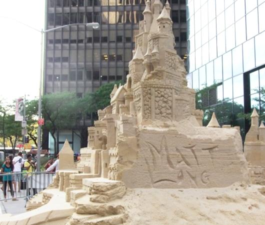 NYの高層ビルの谷間に巨大な砂のお城が登場!!! Water Street Pops!_b0007805_0215623.jpg