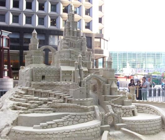 NYの高層ビルの谷間に巨大な砂のお城が登場!!! Water Street Pops!_b0007805_0232247.jpg
