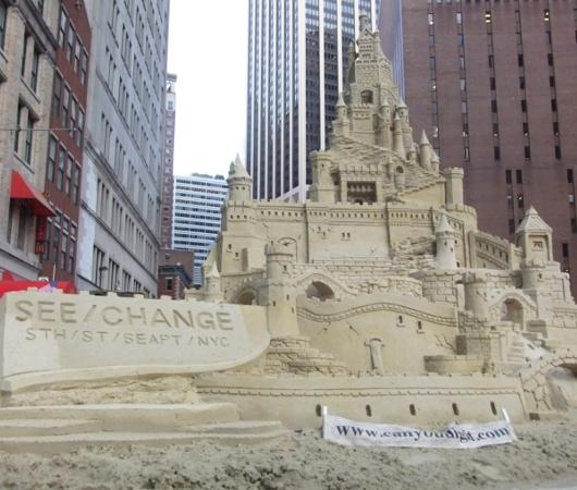 NYの高層ビルの谷間に巨大な砂のお城が登場!!! Water Street Pops!_b0007805_0233630.jpg