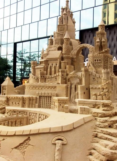 NYの高層ビルの谷間に巨大な砂のお城が登場!!! Water Street Pops!_b0007805_023382.jpg