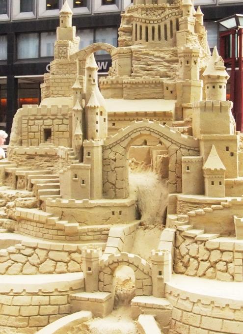 NYの高層ビルの谷間に巨大な砂のお城が登場!!! Water Street Pops!_b0007805_0235915.jpg