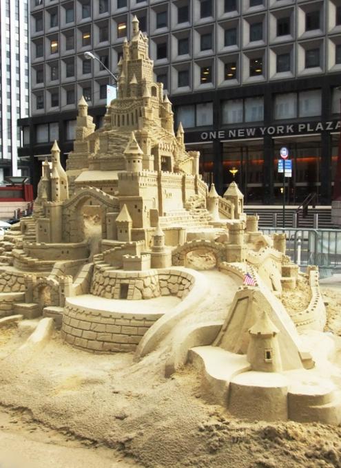NYの高層ビルの谷間に巨大な砂のお城が登場!!! Water Street Pops!_b0007805_0242259.jpg