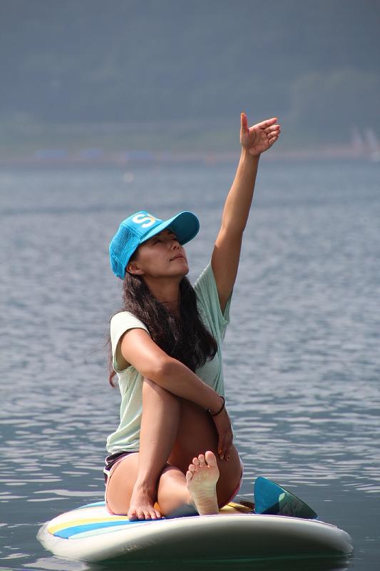 水色のキャップをかぶりヨガをする田中律子