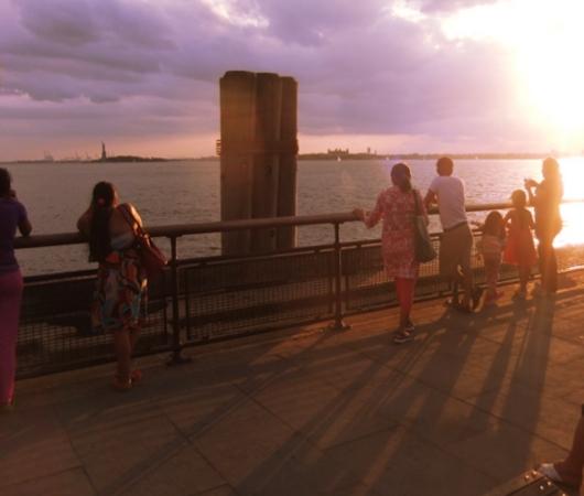 夕焼けを迎えるバッテリー・パーク、女神さまも見えます_b0007805_23294782.jpg