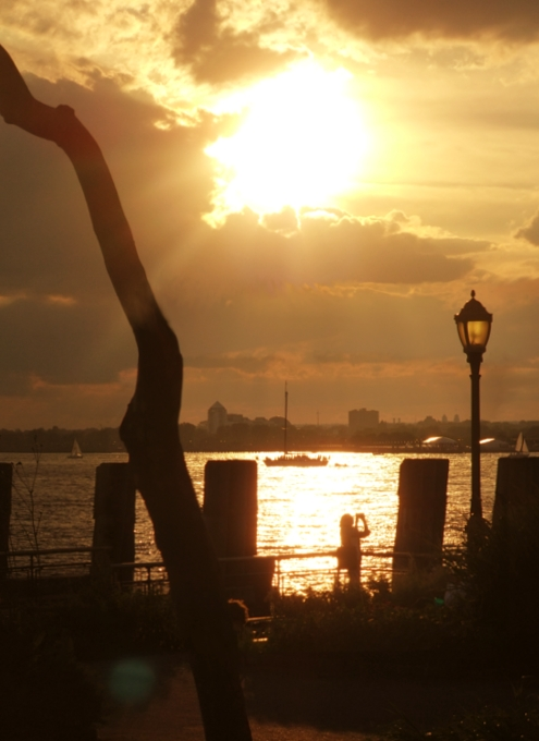 夕焼けを迎えるバッテリー・パーク、女神さまも見えます_b0007805_23305635.jpg