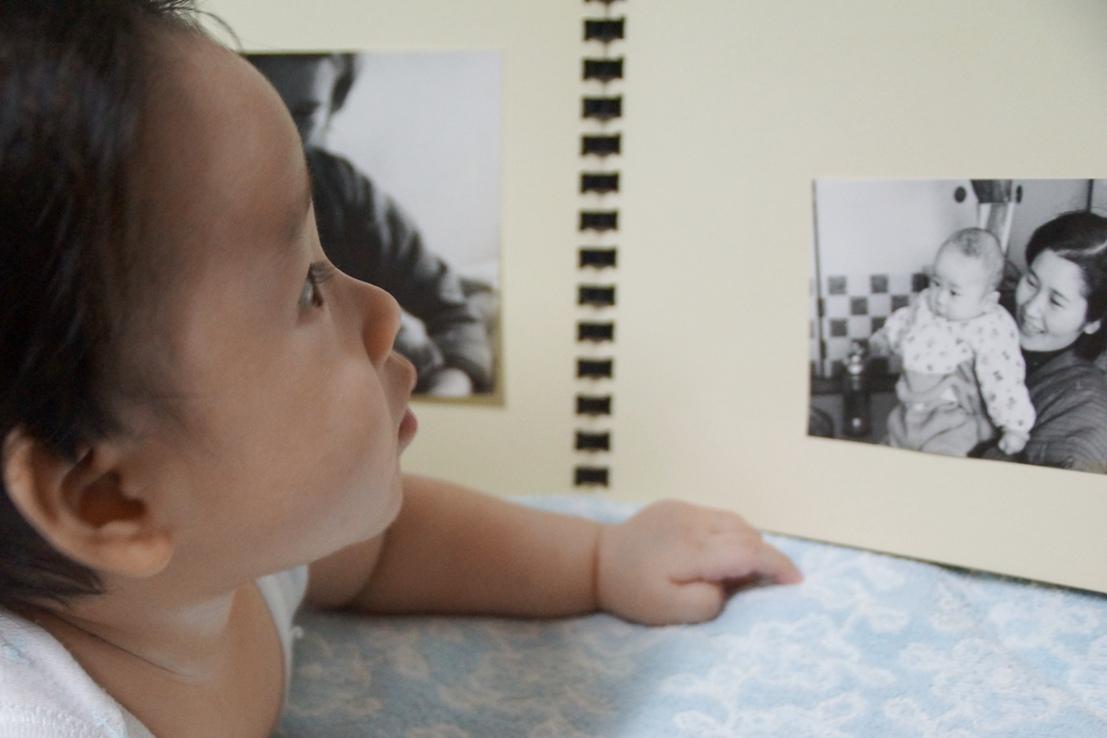 同じ生誕4~5ヵ月頃の父親のアルバムの父(僕)と祖母(僕の母)の写真を見るあかちゃん@深大寺の実家_f0006713_20185717.jpg