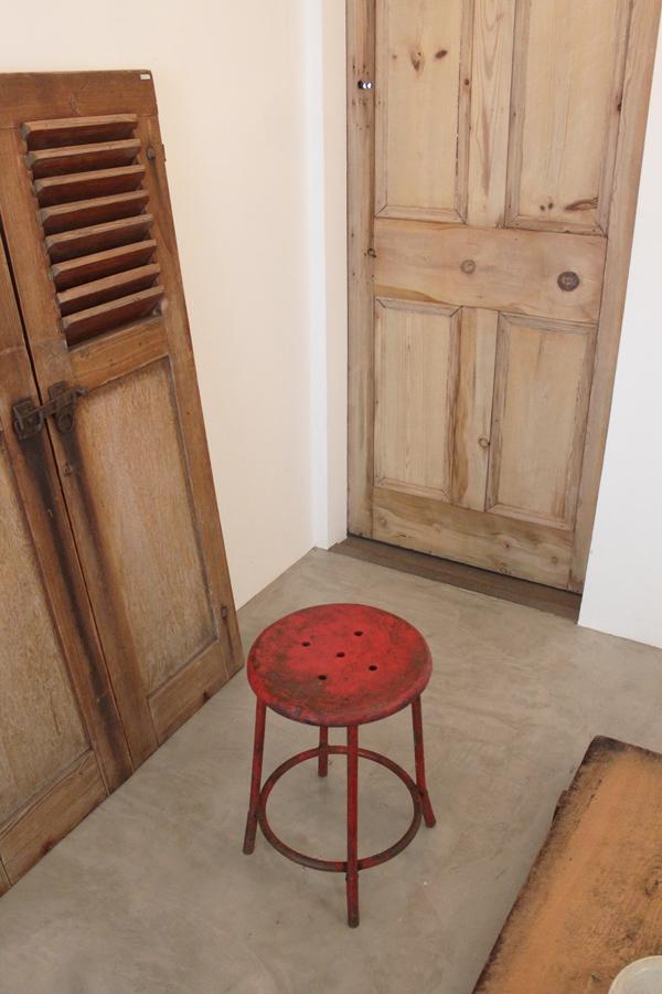 「鉄脚丸椅子 赤」_f0192906_22452886.jpg
