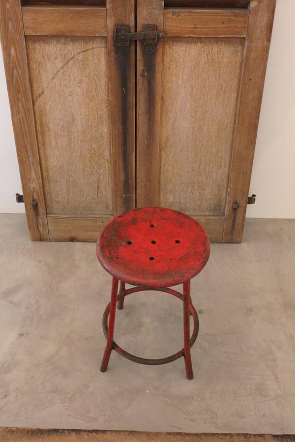 「鉄脚丸椅子 赤」_f0192906_22464362.jpg