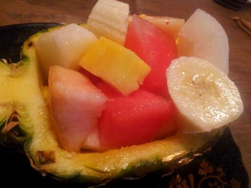 パイナップルを器にしていつものフルーツを豪華に♪_b0252508_22252126.jpg