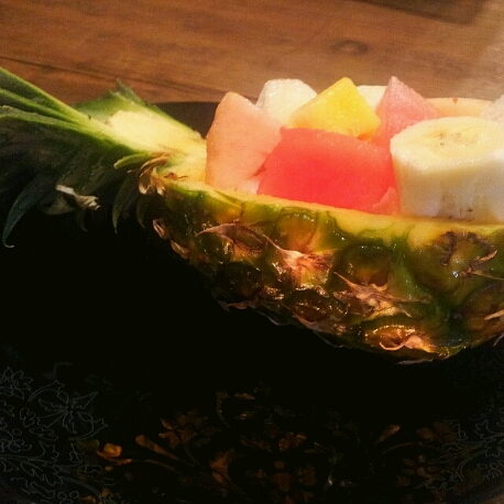 パイナップルを器にしていつものフルーツを豪華に♪_b0252508_2225380.jpg