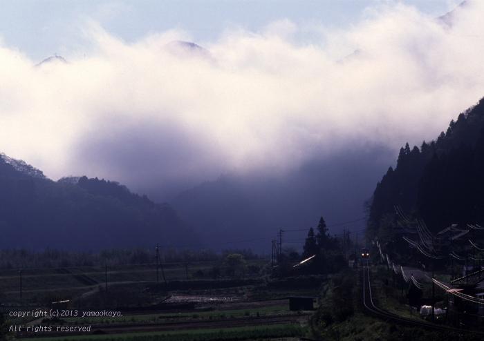 春の霧に包まれて ~がんばろう三江線_d0309612_2357214.jpg