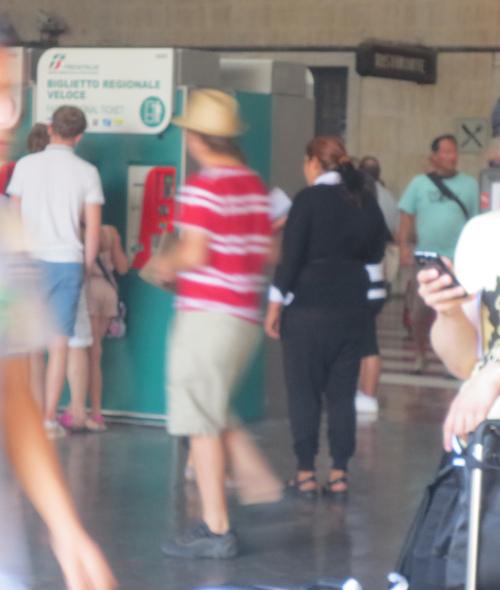 初めてのイタロ乗車とフィレンツェ駅のジプシーさん達のお仕事風景ーーナポリ旅行記_c0179785_21383130.jpg