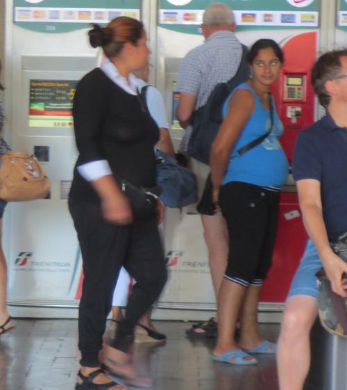 初めてのイタロ乗車とフィレンツェ駅のジプシーさん達のお仕事風景ーーナポリ旅行記_c0179785_21465523.jpg