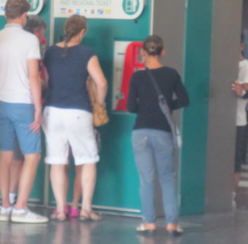 初めてのイタロ乗車とフィレンツェ駅のジプシーさん達のお仕事風景ーーナポリ旅行記_c0179785_2150074.jpg