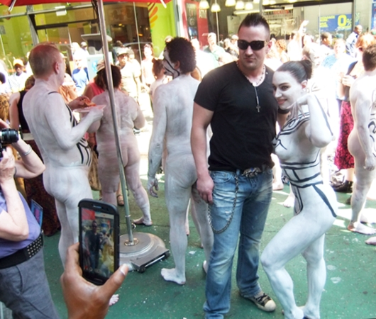 NYタイムズ・スクエアで見かけた全裸ボディ・ペインティング軍団の方々_b0007805_0145137.jpg