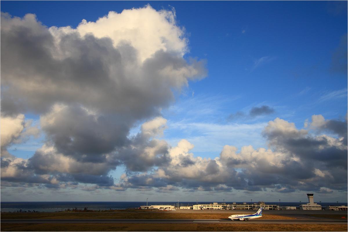雲と陰 - 石垣空港_c0308259_2352343.jpg