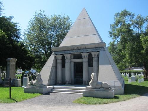 アメリカ陸軍士官学校の墓地に、なぜかピラミッドがある・・・_d0240098_10394461.jpg