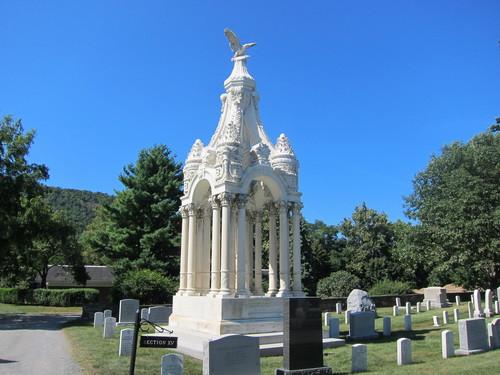 アメリカ陸軍士官学校の墓地に、なぜかピラミッドがある・・・_d0240098_10412642.jpg