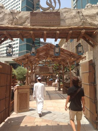お昼ご飯は、UAE唯一のレストランで。_e0066474_1103641.jpg