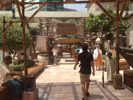 お昼ご飯は、UAE唯一のレストランで。_e0066474_1104290.jpg
