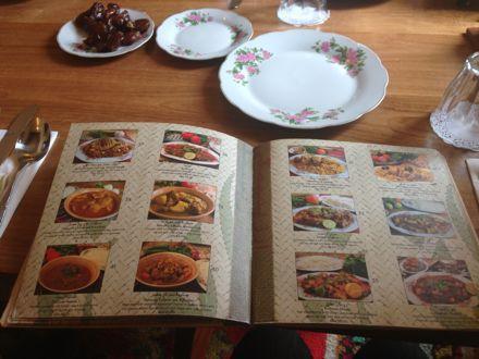 お昼ご飯は、UAE唯一のレストランで。_e0066474_1115385.jpg