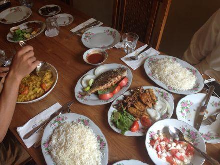 お昼ご飯は、UAE唯一のレストランで。_e0066474_1121058.jpg