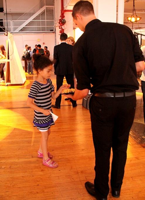 NYで初のGoogle Glassパーティ、お酒や軽食はこんな感じ_b0007805_0584325.jpg
