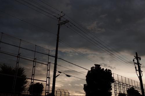 東は真っ暗な雲におおわれているのに、西の空は青空が雲間からのぞいている。... プリごろ太日記
