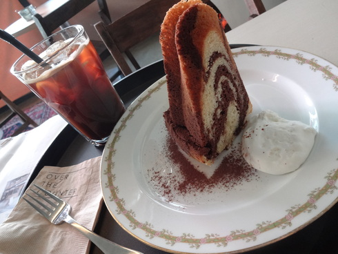 3月 ソウル旅行 その18 カロスキル 手作りケーキの穴場カフェ 「OVER THE COUNTER 」_f0054260_81072.jpg