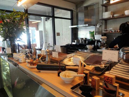 3月 ソウル旅行 その18 カロスキル 手作りケーキの穴場カフェ 「OVER THE COUNTER 」_f0054260_874010.jpg