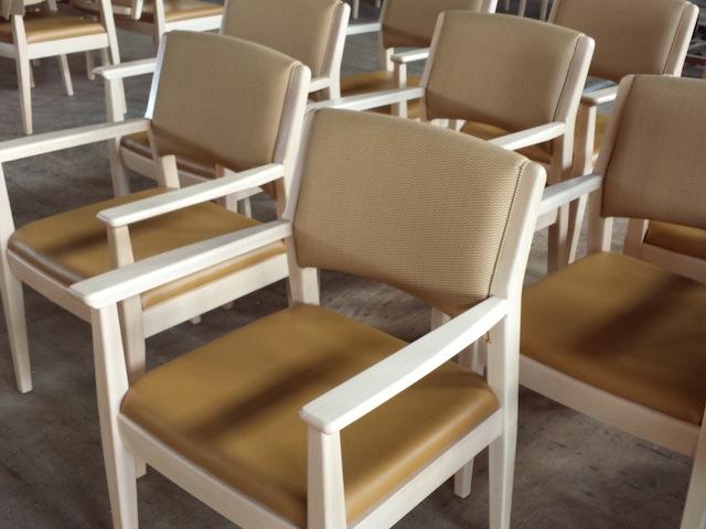 老人施設の椅子_f0192307_14324378.jpg
