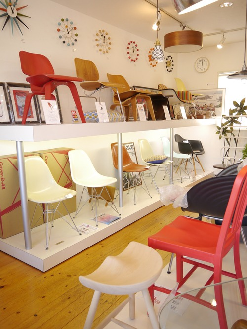 EAMES SIDESHELL CHAIR PARCHMENT + EIFFEL BASE1st.が贅沢にも2脚...と思ったらひとつはPURE WHITE?_b0125570_1033322.jpg