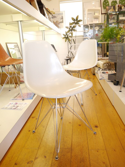 EAMES SIDESHELL CHAIR PARCHMENT + EIFFEL BASE1st.が贅沢にも2脚...と思ったらひとつはPURE WHITE?_b0125570_1042980.jpg