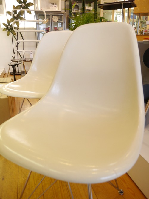 EAMES SIDESHELL CHAIR PARCHMENT + EIFFEL BASE1st.が贅沢にも2脚...と思ったらひとつはPURE WHITE?_b0125570_105413.jpg