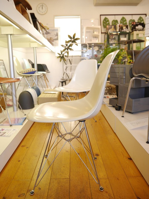EAMES SIDESHELL CHAIR PARCHMENT + EIFFEL BASE1st.が贅沢にも2脚...と思ったらひとつはPURE WHITE?_b0125570_10586.jpg