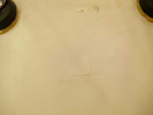 EAMES SIDESHELL CHAIR PARCHMENT + EIFFEL BASE1st.が贅沢にも2脚...と思ったらひとつはPURE WHITE?_b0125570_1061424.jpg