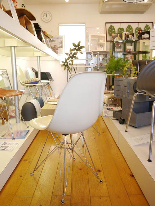 EAMES SIDESHELL CHAIR PARCHMENT + EIFFEL BASE1st.が贅沢にも2脚...と思ったらひとつはPURE WHITE?_b0125570_1071694.jpg