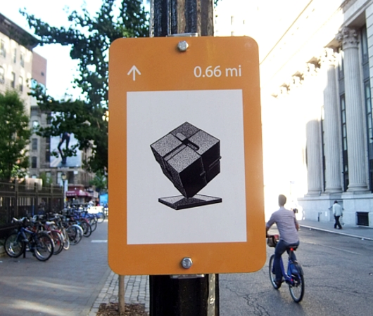 "NYの街角に、何かと便利な\""Art within One Mile\""(1マイル以内のアート)看板が登場_b0007805_116050.jpg"