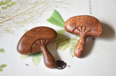 木製キノコブローチと布きのこ_d0263815_16331058.jpg