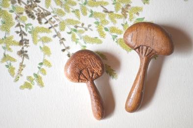 木製キノコブローチと布きのこ_d0263815_16333199.jpg