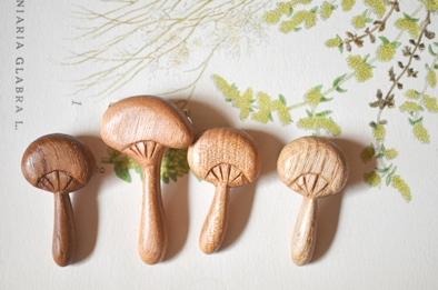 木製キノコブローチと布きのこ_d0263815_16335222.jpg