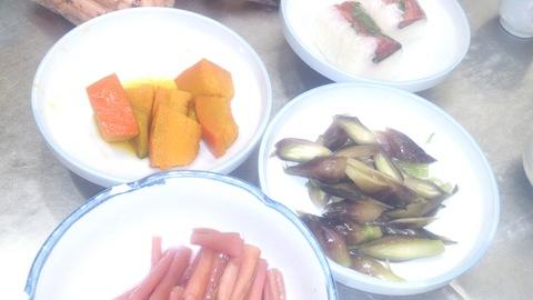 地元で取れた野菜でお惣菜がたくさんできました。_d0182179_1561620.jpg