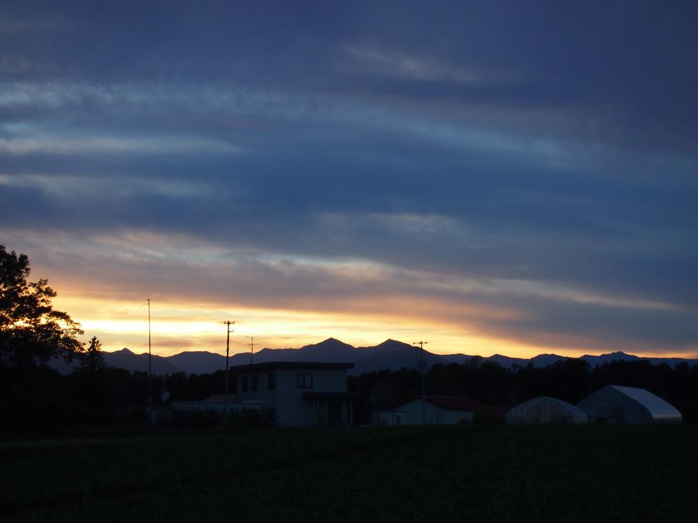 秋の夕暮れ時・・東の空には「月」西の空は「夕焼け」_f0276498_17192271.jpg