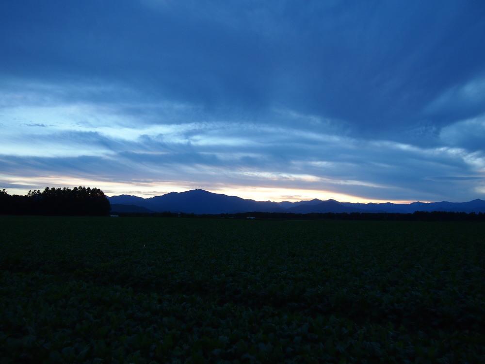 秋の夕暮れ時・・東の空には「月」西の空は「夕焼け」_f0276498_1720274.jpg