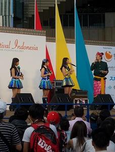 JKT48のナビラさん、センディさん、フェランダさん@インドネシア・フェスティバル(9/21~9/22)_a0054926_1054612.jpg