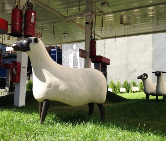 都心のガソリン・スタンド跡地が羊の遊ぶ芝生広場に?!_b0007805_20565443.jpg