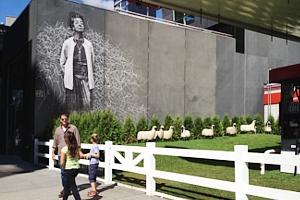 都心のガソリン・スタンド跡地が羊の遊ぶ芝生広場に?!_b0007805_20571930.jpg