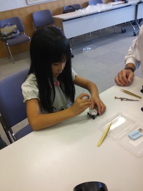 ジラール・ペルゴ:時計の組み立てに初挑戦する児童たち_f0039351_18114087.jpg